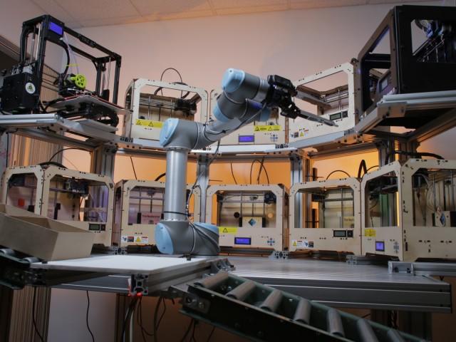 ロボットが複数台の3Dプリントを自動制御?